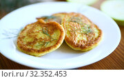 Vegetable fritters made from green zucchini in a plate. Стоковое видео, видеограф Peredniankina / Фотобанк Лори