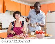 Купить «Ьan scolding woman cooking dinner», фото № 32352953, снято 17 августа 2019 г. (c) Яков Филимонов / Фотобанк Лори