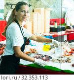 Woman fishmonger preparing display for sale. Стоковое фото, фотограф Яков Филимонов / Фотобанк Лори
