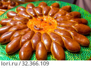 Купить «Figured rosy pie in the form of the sun on the counter at the gastronomic festival.», фото № 32366109, снято 27 июля 2019 г. (c) Акиньшин Владимир / Фотобанк Лори