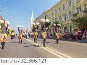 Купить «Russia, Samara, July 2019: girls from a support group at a street procession at a gastronomic festival.», фото № 32366121, снято 27 июля 2019 г. (c) Акиньшин Владимир / Фотобанк Лори