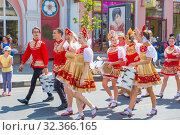 Купить «Russia, Samara, July 2019: Artists in Russian national costumes on a city street during a gastronomic festival.», фото № 32366165, снято 27 июля 2019 г. (c) Акиньшин Владимир / Фотобанк Лори