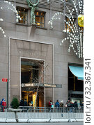 Купить «New York before Christmas. Tiffany & Co., American luxury jewelry and specialty retailer. New York City, USA», фото № 32367341, снято 16 декабря 2017 г. (c) Валерия Попова / Фотобанк Лори
