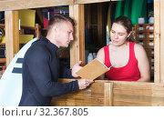 Купить «guy surfer discussing terms with young woman», фото № 32367805, снято 30 апреля 2018 г. (c) Яков Филимонов / Фотобанк Лори