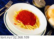 Купить «Italian dish - trofie al pomodoro. Spaghetti with tomato sauce», фото № 32368109, снято 30 марта 2020 г. (c) Яков Филимонов / Фотобанк Лори