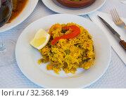 Купить «Paella with shrimp, pepper, vegetables and lemon on platter», фото № 32368149, снято 21 ноября 2019 г. (c) Яков Филимонов / Фотобанк Лори