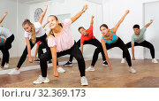 Jolly boys and girls dancing in dance hall. Стоковое фото, фотограф Яков Филимонов / Фотобанк Лори