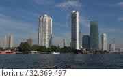 Купить «Вид на современные небоскребы с борта проплывающего катера. Бангкок, Таиланд», видеоролик № 32369497, снято 2 января 2019 г. (c) Виктор Карасев / Фотобанк Лори