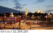 Купить «View of the Moskva River and the Kremlin (at night), Moscow, Russia--the most popular view of Moscow», видеоролик № 32384281, снято 5 ноября 2019 г. (c) Владимир Журавлев / Фотобанк Лори