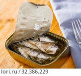 Купить «Tin can with smoked sprats, sardines, closeup», фото № 32386229, снято 14 декабря 2019 г. (c) Яков Филимонов / Фотобанк Лори