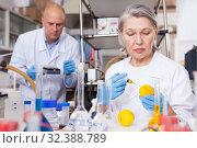 Купить «Female lab technician injecting reagent into lemon», фото № 32388789, снято 24 января 2019 г. (c) Яков Филимонов / Фотобанк Лори