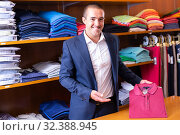 Salesman offering polo shirt. Стоковое фото, фотограф Яков Филимонов / Фотобанк Лори