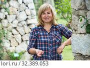 Купить «portrait woman garden», фото № 32389053, снято 17 июня 2016 г. (c) Яков Филимонов / Фотобанк Лори
