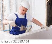 Builder filling gaps on drywall element. Стоковое фото, фотограф Яков Филимонов / Фотобанк Лори
