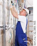 Electrician mounting electrical wiring. Стоковое фото, фотограф Яков Филимонов / Фотобанк Лори