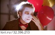 Купить «A man smearing white paint on his face in the dressing room», видеоролик № 32396213, снято 10 декабря 2019 г. (c) Константин Шишкин / Фотобанк Лори