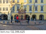 Купить «Туристы на Малой площади, Прага, Чехия», фото № 32396625, снято 21 января 2019 г. (c) Ольга Коцюба / Фотобанк Лори