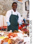 Купить «Salesman portrait in fish shop», фото № 32397205, снято 17 октября 2018 г. (c) Яков Филимонов / Фотобанк Лори