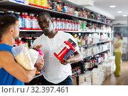 Купить «Adult African recommending dietary supplements», фото № 32397461, снято 8 декабря 2019 г. (c) Яков Филимонов / Фотобанк Лори