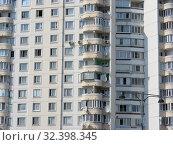 Купить «Четырнадцатиэтажный четырёхподъездный панельный жилой дом серии П-3М, построен в 2002 году. Улица Адмирала Лазарева, 6. Район Южное Бутово. Город Москва», эксклюзивное фото № 32398345, снято 24 июля 2010 г. (c) lana1501 / Фотобанк Лори
