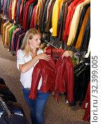 Купить «blonde choosing leather jacket on racks», фото № 32399005, снято 5 сентября 2018 г. (c) Яков Филимонов / Фотобанк Лори