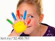 Ein kleines Kind malt mit Fingerfarben. Lustig und Kreativ. Стоковое фото, фотограф Zoonar.com/Erwin Wodicka - wodicka@aon.at / age Fotostock / Фотобанк Лори