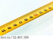 Ein gelbes Massband liegt isoliert auf einem weißen Hintergrund. Стоковое фото, фотограф Zoonar.com/Erwin Wodicka / age Fotostock / Фотобанк Лори