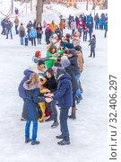 "Купить «Russia, Samara, March 2019: Shrovetide. Festivities on the wires of winter. The game ""trickle""», фото № 32406297, снято 10 марта 2019 г. (c) Акиньшин Владимир / Фотобанк Лори"