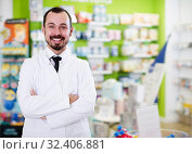 Positive pharmacist showing assortment. Стоковое фото, фотограф Яков Филимонов / Фотобанк Лори