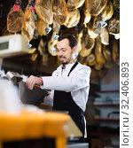Купить «friendly male shop assistant using scales for meat in butcher's shop», фото № 32406893, снято 2 января 2017 г. (c) Яков Филимонов / Фотобанк Лори