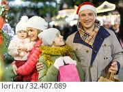 Man and daughter at Christmas market. Стоковое фото, фотограф Яков Филимонов / Фотобанк Лори