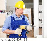 Купить «Builder working with electric drill», фото № 32407189, снято 4 мая 2018 г. (c) Яков Филимонов / Фотобанк Лори