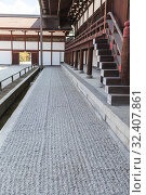 Sand field is next to hall. Details of architecture of wooden buildings and halls on inner yard of Imperial palace. Kyoto, Japan (2013 год). Редакционное фото, фотограф Кекяляйнен Андрей / Фотобанк Лори