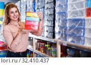 Купить «salesgirl suggesting functional boxes», фото № 32410437, снято 15 января 2018 г. (c) Яков Филимонов / Фотобанк Лори