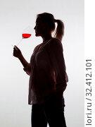 Eine junge Frau bei einer Weinverkostung. Probiert ein Glas Rotwein im Rotweinglas. Стоковое фото, фотограф Zoonar.com/Erwin Wodicka - wodicka@aon.at / age Fotostock / Фотобанк Лори