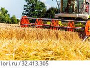 Ein Getreidefeld mit Weizen bei der Ernte. Ein Mähdrescher bei der Arbeit. Стоковое фото, фотограф Zoonar.com/Erwin Wodicka / age Fotostock / Фотобанк Лори