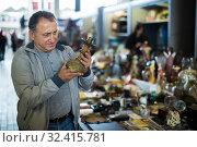 Happy middle aged man buying retro handicrafts. Стоковое фото, фотограф Яков Филимонов / Фотобанк Лори