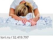 Junge Frau im Büro ist mit der Arbeit überfordert. Burnout bei Arbeit oder Studium. Стоковое фото, фотограф Zoonar.com/Erwin Wodicka - wodicka@aon.at / age Fotostock / Фотобанк Лори