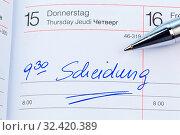 Купить «Ein Termin ist in einem Kalender eingetragen: Scheidung», фото № 32420389, снято 8 июля 2020 г. (c) age Fotostock / Фотобанк Лори