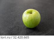 Купить «ripe green apple on slate stone background», фото № 32420665, снято 12 апреля 2018 г. (c) Syda Productions / Фотобанк Лори