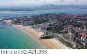 Купить «Panoramic aerial view of coast line and beach at Santander with apartment buildings, Cantabria, Spain», видеоролик № 32421993, снято 14 июля 2019 г. (c) Яков Филимонов / Фотобанк Лори