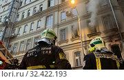 Купить «Пожарная команда тушит пожар», фото № 32422193, снято 1 ноября 2019 г. (c) Кузнецов Максим / Фотобанк Лори