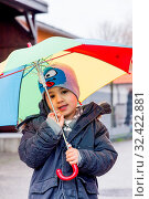 Kind mit Regenschirm, Symbol für Kindheit, Solidarität, Hilfe, Hilfspaket, Rettungsschirm, Стоковое фото, фотограф Zoonar.com/Erwin Wodicka / age Fotostock / Фотобанк Лори
