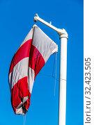 Ein Windsack ohne Wind hängt leblos an seiner Stange. Стоковое фото, фотограф Zoonar.com/Erwin Wodicka / age Fotostock / Фотобанк Лори