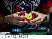 Купить «Участник российской команды собирает кубик Рубика во время российского отборочного этапа Red Bull Rubik's Cube 2019  в городе Москве, Россия, 16 ноября 2019», фото № 32426365, снято 16 ноября 2019 г. (c) Николай Винокуров / Фотобанк Лори