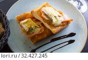 Купить «Catalan focaccia with caramelized onion, Brie cheese, bacon», фото № 32427245, снято 9 июля 2020 г. (c) Яков Филимонов / Фотобанк Лори