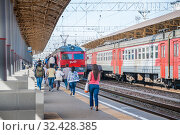 Купить «Посадка на электричку на Киевском вокзале», фото № 32428385, снято 3 августа 2015 г. (c) Алёшина Оксана / Фотобанк Лори