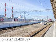 Купить «Поезд на запасных путях около вагонного депо», фото № 32428397, снято 3 августа 2015 г. (c) Алёшина Оксана / Фотобанк Лори