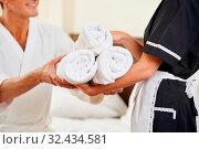 Zimmermädchen beim Housekeeping bringt einem Gast frische Handtücher. Стоковое фото, фотограф Zoonar.com/Robert Kneschke / age Fotostock / Фотобанк Лори
