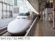 Japanese Shinkansen high-speed train is ready for departure on Tokyo station. The N700 series trains have a maximum speed of 300 km/h (186 mph) with tilting capability. Токио, Япония (2013 год). Редакционное фото, фотограф Кекяляйнен Андрей / Фотобанк Лори